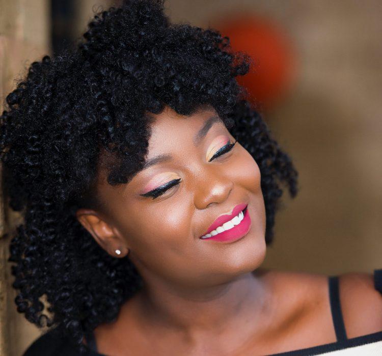 photo femme afro souriante